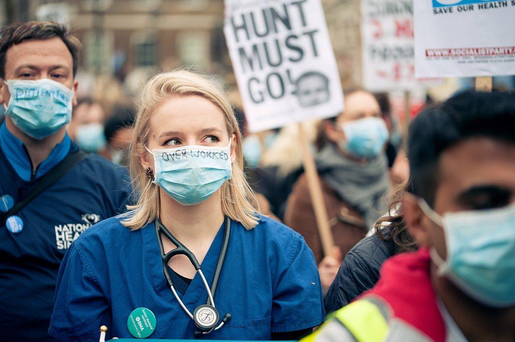 今年春末,轉角國際曾以〈英國醫生大罷工:吹響英國NHS健保革命的號角〉一文,解釋...