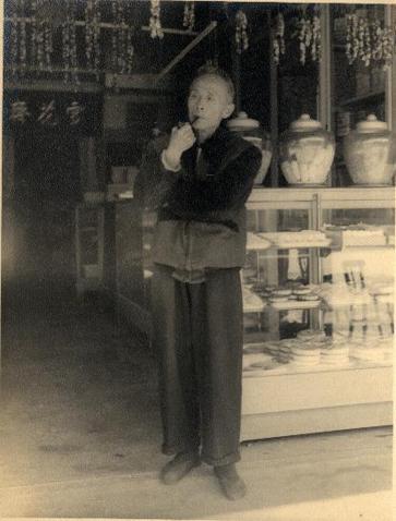 西元1900年,陳德全出資協助呂水,創立了「雪花齋」餅店。