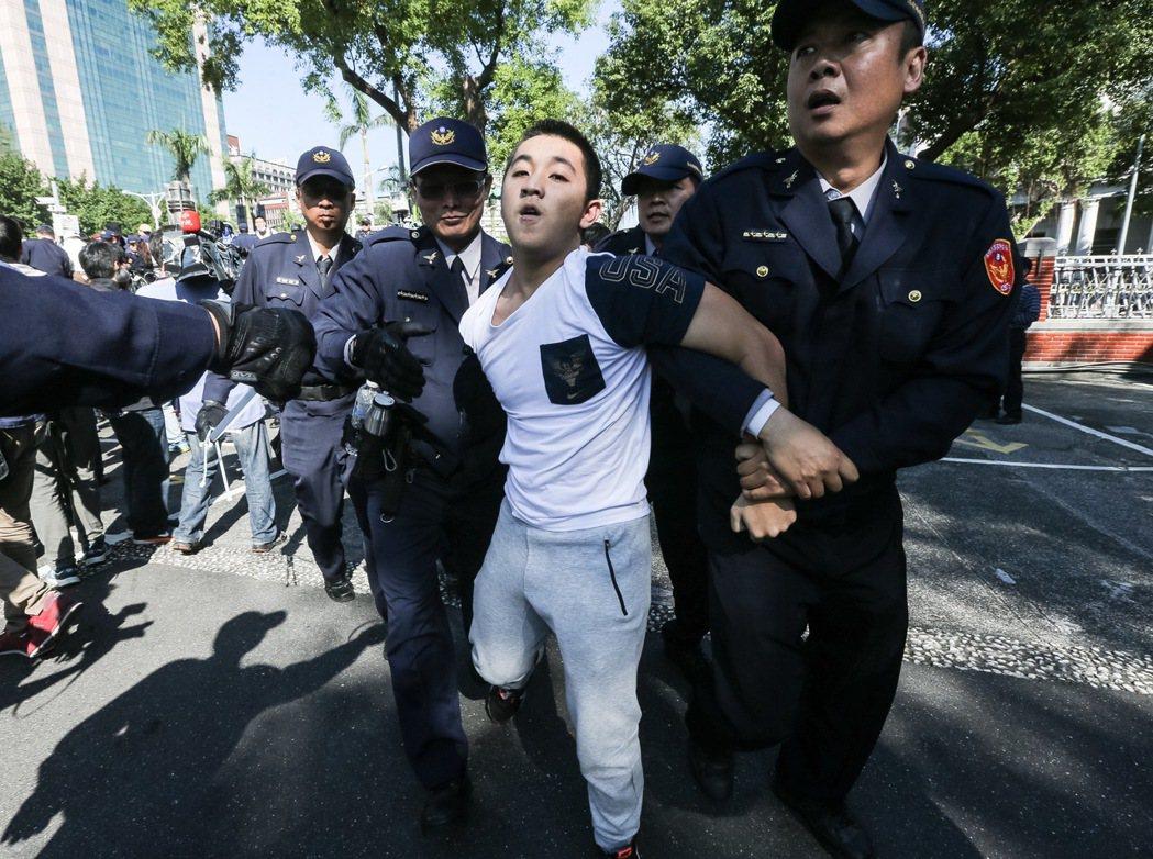 翻牆進入立院內的反同民眾昨天被警方留置看顧。 圖/聯合報系資料照片
