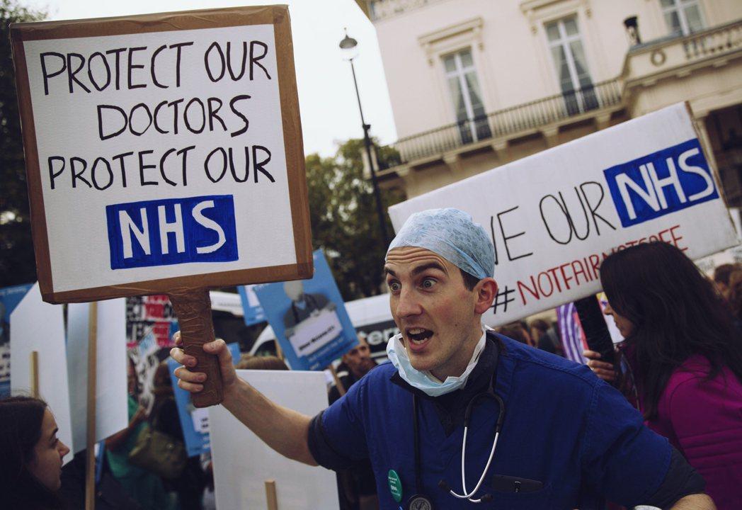 英國醫生與衛生部在這回合的勞權鬥爭,就在醫生工會的狼狽退場中悄然告歇。 圖/路透...