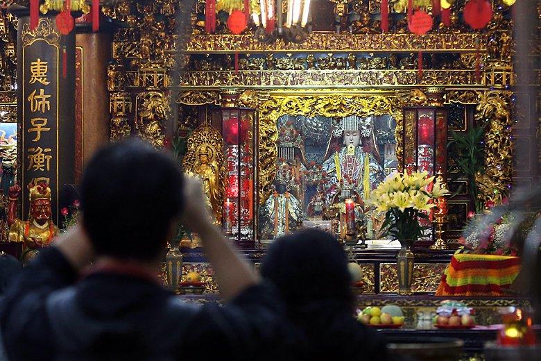 臺灣民間信仰講求靈驗,神明靈力建立在香火之上,一間廟宇必須要有香火,神明才會有靈力,地方才會興旺,沒有香、神明就不存在。圖為板橋慈惠宮。 圖/聯合報系資料照片