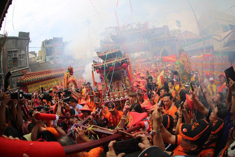 民間信仰最龐大的活動就是進香,至外地汲取不同廟宇的香火來增加神明的靈驗度。圖為鹿...