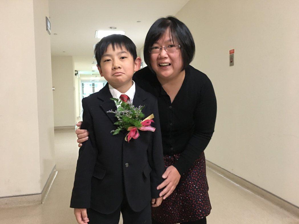 舒媽媽(右)原以為自己有痛風,兒子(左)出生後做新生兒篩檢,才發現母子倆都患有罕...
