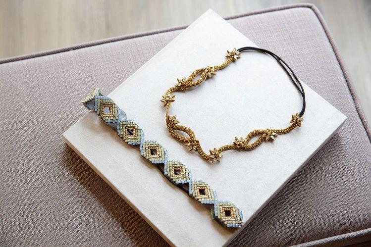 Deepa Gurnani流線鍊帶花朵髮帶、淺藍菱形鑽飾髮帶,各售5,980元。...