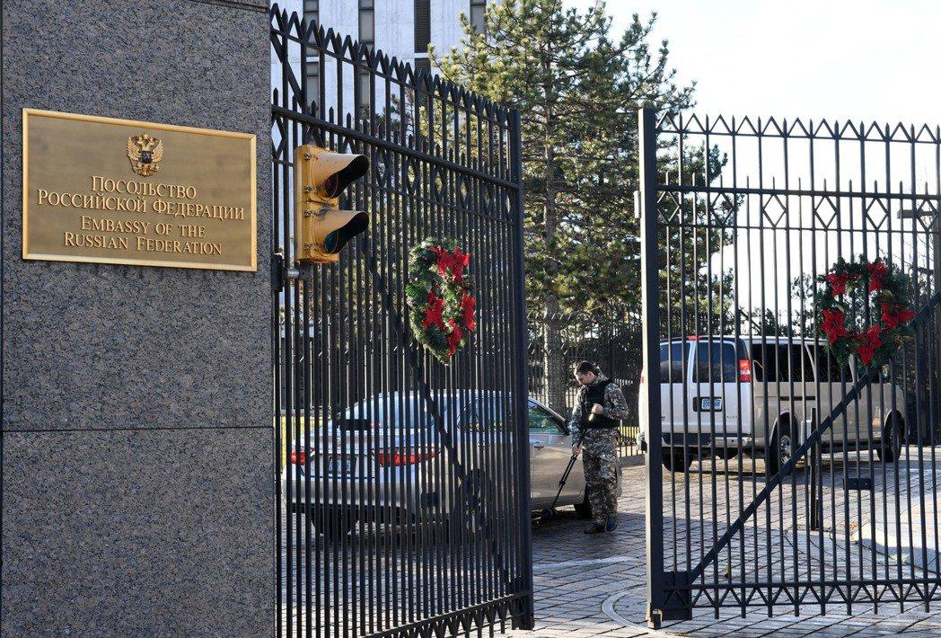 在美國首都華盛頓,安全人員對進入俄羅斯駐美國大使館的車輛進行安檢。美國總統歐巴馬...