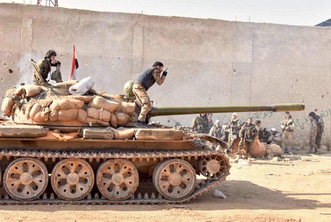圖為12月11日在敘利亞北部重鎮阿勒頗南部一處營地拍攝的支持政府的武裝部隊。 新...