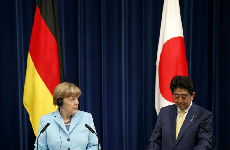 2016年3月德國總理梅克爾訪日,當面勸戒日本首相安倍晉三面對歷史的錯誤,真誠道...