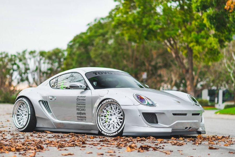 國外有位 Porsche Cayman 車主,以相當誇張且高完整度的改裝方式,挑...