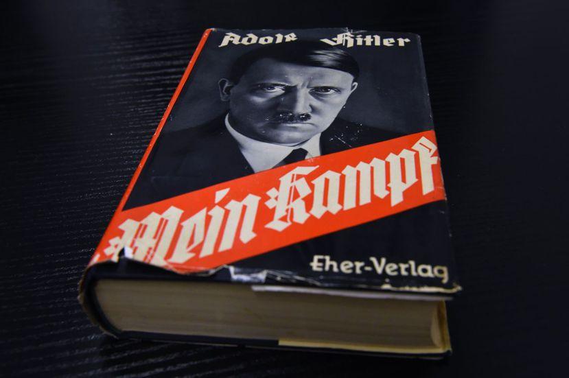 歷史的巧合總是與現在相呼應——希特勒《我的奮鬥》(Mein Kampf),正好在...