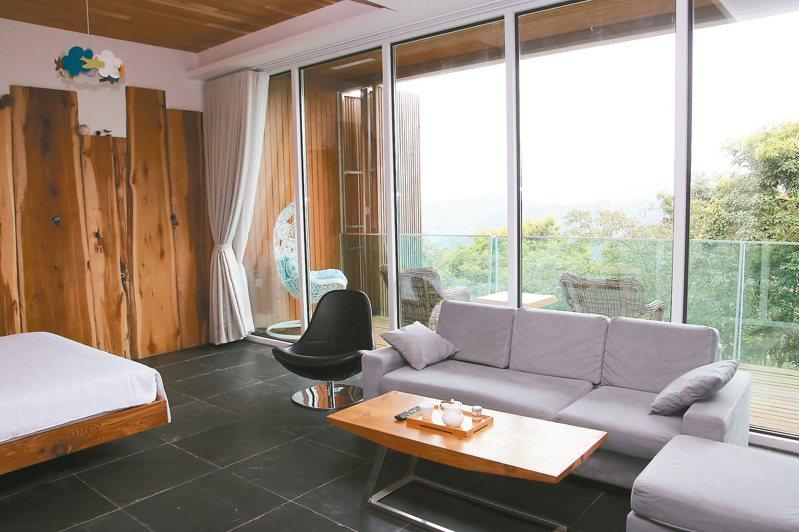 民宿房間設計有大型落地窗,晨起可眺望遠山,還可躺著看日出。 記者黃宏璣/攝影