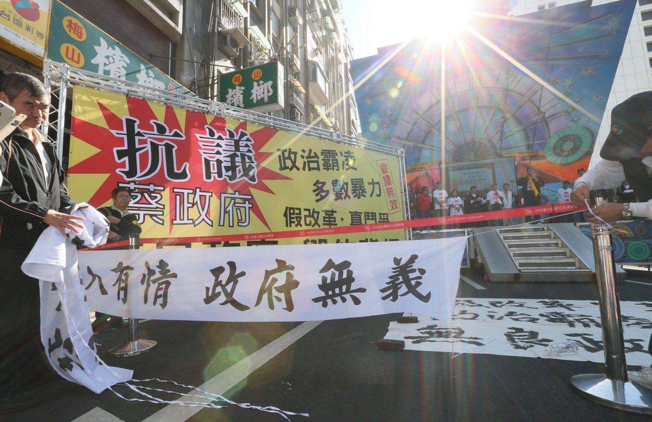 首場年金改革會議登場,勞工團體與退休軍公教聚集場外抗議,雙方皆不滿政策的推行,造...