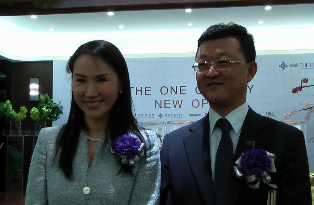 遠雄房地產總經理張麗蓉(左)與遠雄房地產行銷副總經理黃俊郎(右),台灣第1高的垂...
