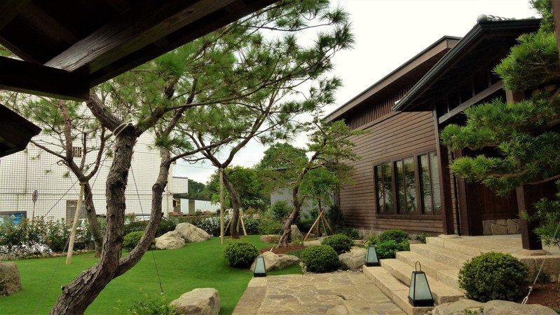 「粮䜓」的老闆是專業園藝造景師,還沒進入餐廳迎面而來的是青翠樹木、草地。記者鄭國樑/攝影