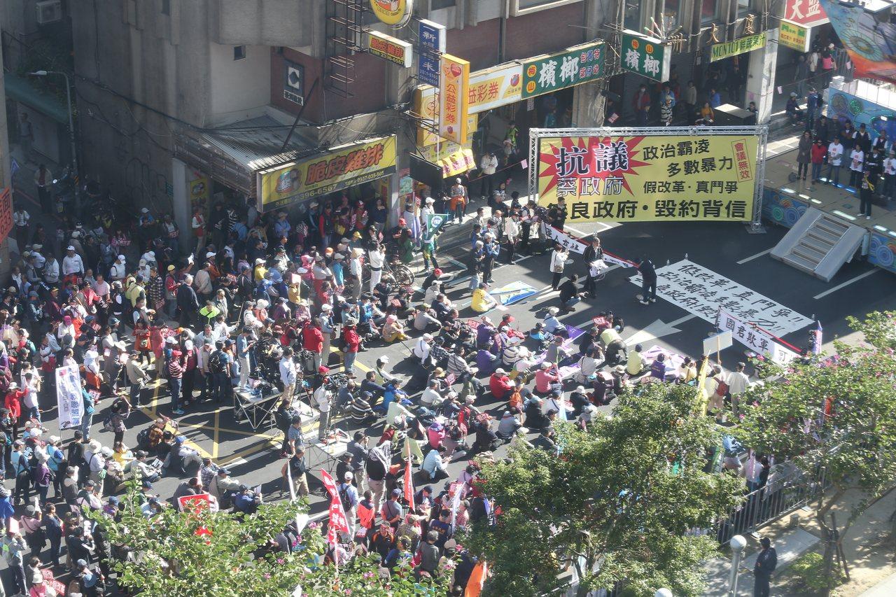 年改會分區會議下午首登場,退休軍公教團體發動到場外抗議。記者曾吉松/攝影