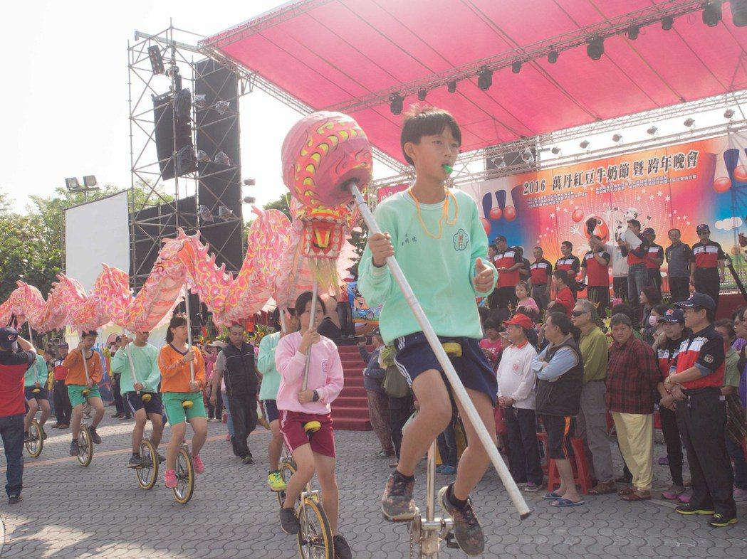 屏東萬丹鄉公所今天邀請各校來踩街。記者林良齊/攝影