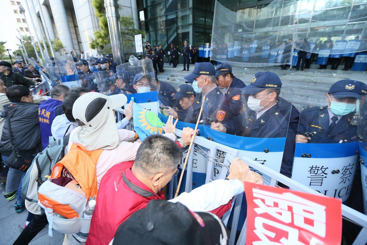首場年金改革會議在交通部舉行,外面抗議民眾與警方爆發推擠衝突,最終攻入交通部年改...