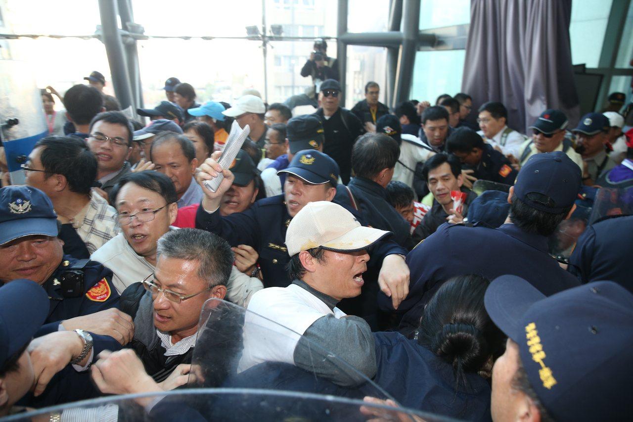 年改會分區會議下午首登場,退休軍公教團體衝上會議樓層抗議,與警方發生激烈衝突。記...