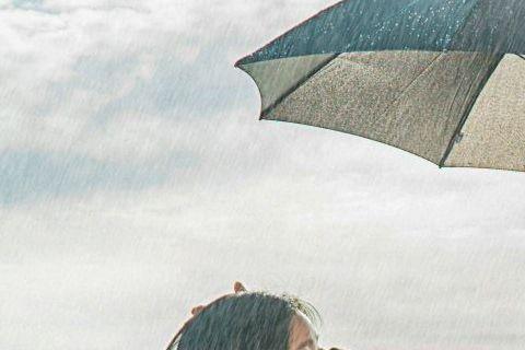 9日韓劇「孤單又燦爛的神-鬼怪」劇組公開一組劇照,為孔劉與金高銀的雨天海邊照。照片中孔劉與金高銀站在下雨的海邊,乍看之下孔劉溫柔地替金高銀撐著傘,還溫柔地摸著她的頭,畫面非常唯美。不過卻有眼尖網友發...