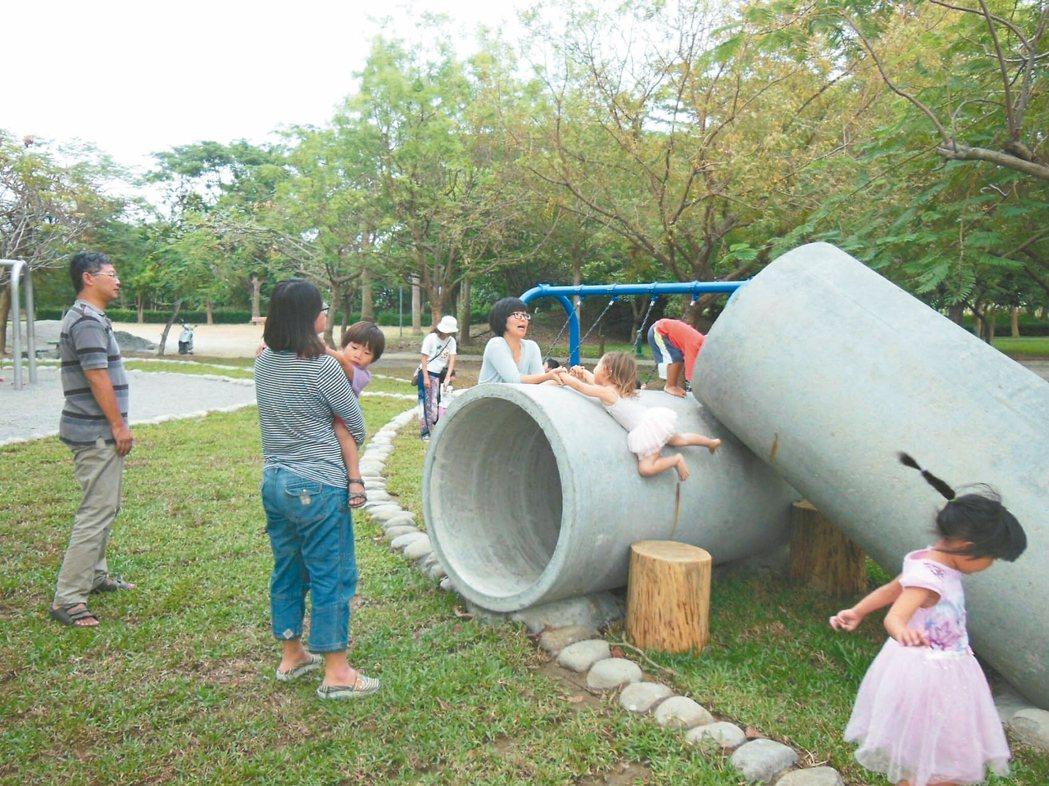 台南市善化體育公園親子設施使用天然素材,讓孩子安心使用。 圖/善化區公所提供