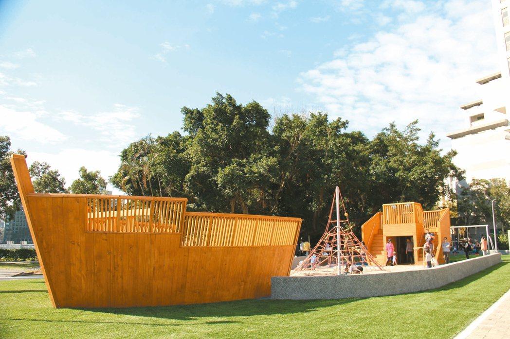 北市碧湖公園遊戲場的木造巨型海盜船遊具,深受大、小朋友喜愛。 圖/台北市公園處提...