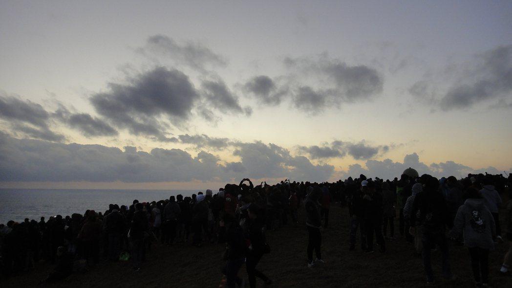 天亮後遲遲等不到太陽露面,雲層也很多。記者蔣繼平/攝影