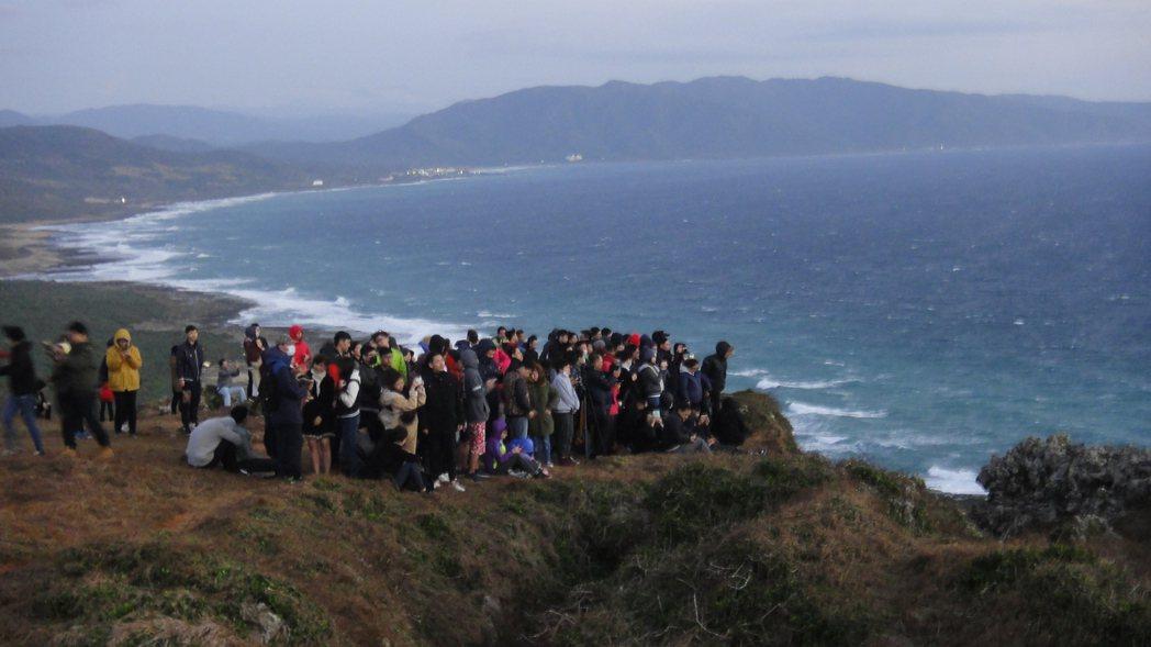 民眾在山岩上迎接曙光。記者蔣繼平/攝影