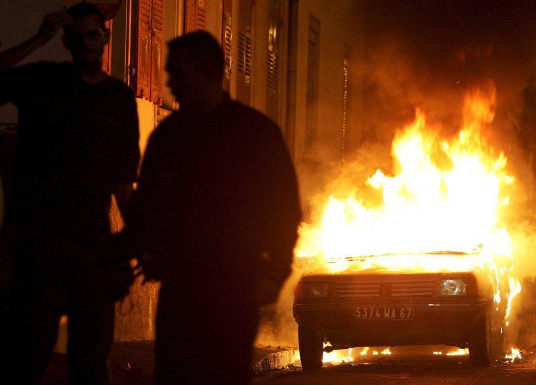 法國式的新年慶祝:火燒車。 圖/歐新社
