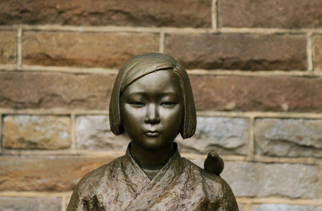 韓國的慰安婦少女像,在世界各地都有同樣的複製紀念銅像。 圖/路透社