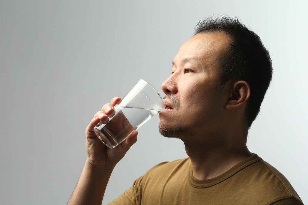 每人每日需喝每公斤體重乘以30毫升水分,且盡量喝純水。報系資料照