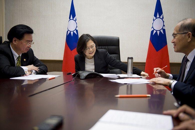 2016年12月3日美國總統當選人川普與台灣總統蔡英文直接通話,這是自1978年台美斷交以來首次元首對談。川普事後質疑為何美國須受到「一個中國原則」拘束。 圖/聯合報系資料庫