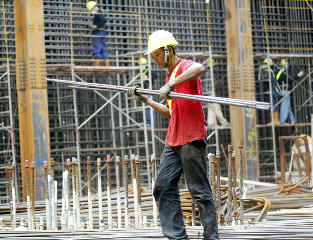 回顧台灣產業外勞引進史,最初因國家公共工程的需求,引進外勞給承包的營造廠商,此種...