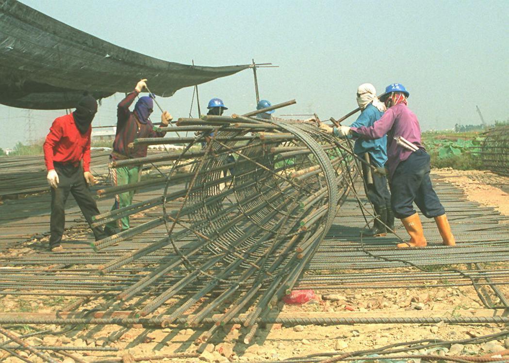 南二高台南環線工程,工地常可看到外勞如何協助台灣進行基礎公共工程建設(圖攝於1997年)。 圖/聯合報系資料照片