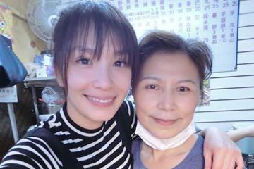 34歲的湘瑩今天現身華視,為「天才衝衝衝」錄製過年特別節目。剛過完生日的她心情極佳,氣色紅潤,見到媒體就連聲道謝。原來她日前在家中雞排攤幫忙的模樣曝光,生意因此好很多。湘瑩也說2016年收入「有比休...