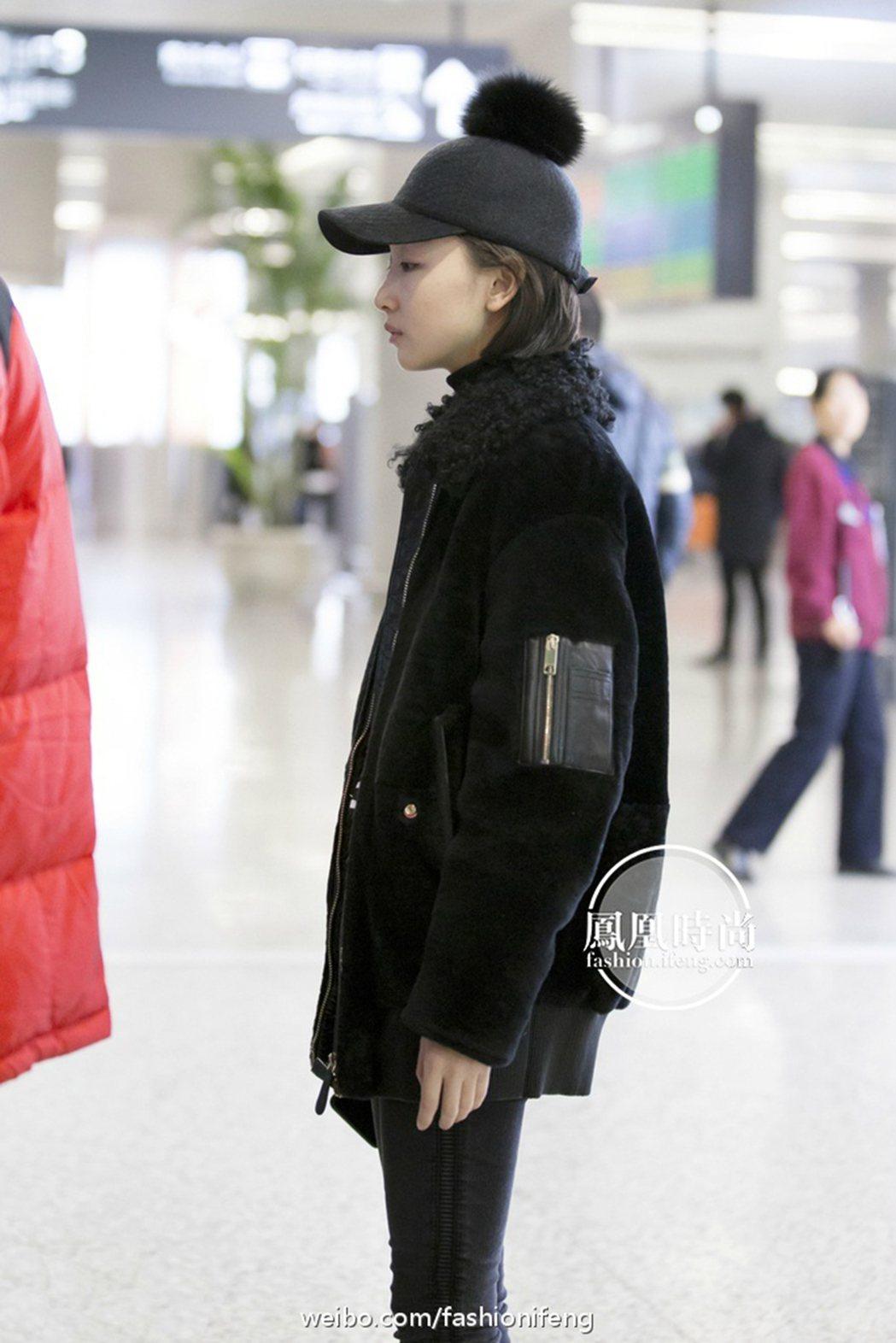 周冬雨穿全黑包緊緊,但頭上鴨舌帽頂的毛球相當吸睛。圖/摘自鳳凰時尚微博