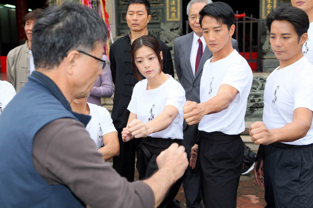 陳子強(左起)、高英軒在「起鼓.出獅」飾演師兄弟。圖/公視提供