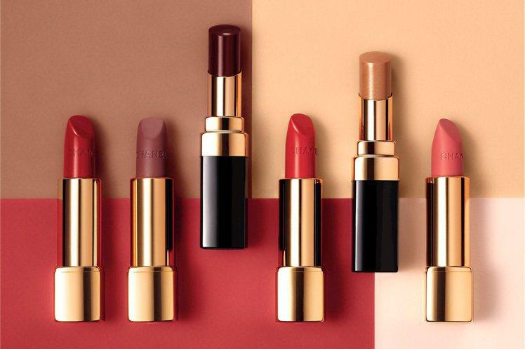 香奈兒2017年限量春妝共推出3種質感、6款色調的唇彩,為紅唇風情開創新的定義。...