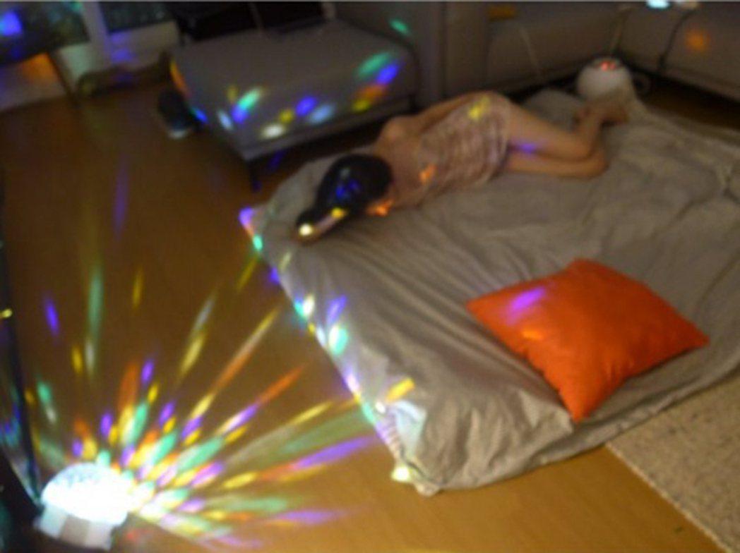 雪莉今天又突破尺度,只穿性感睡衣躺床,被網友砲轟。圖/摘自雪莉 IG