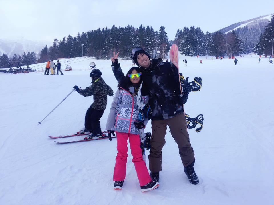 修杰楷(右)與梧桐妹體驗滑雪。圖/摘自臉書
