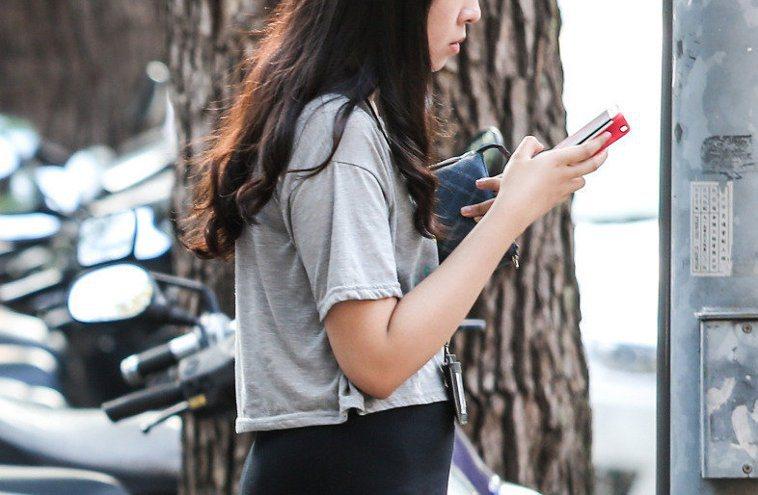 現代人時時都在滑手機當「低頭族」。 聯合報系資料照