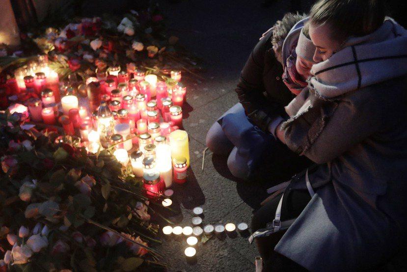 事發後市集周遭擺滿了悼念的花朵與蠟燭。 圖/美聯社