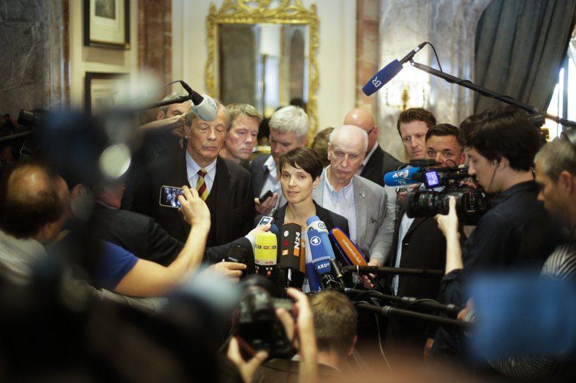 2017年的德國大選,對看著主流政黨於泥沼中淪陷、在旁虎視眈眈的AfD而言,是個...