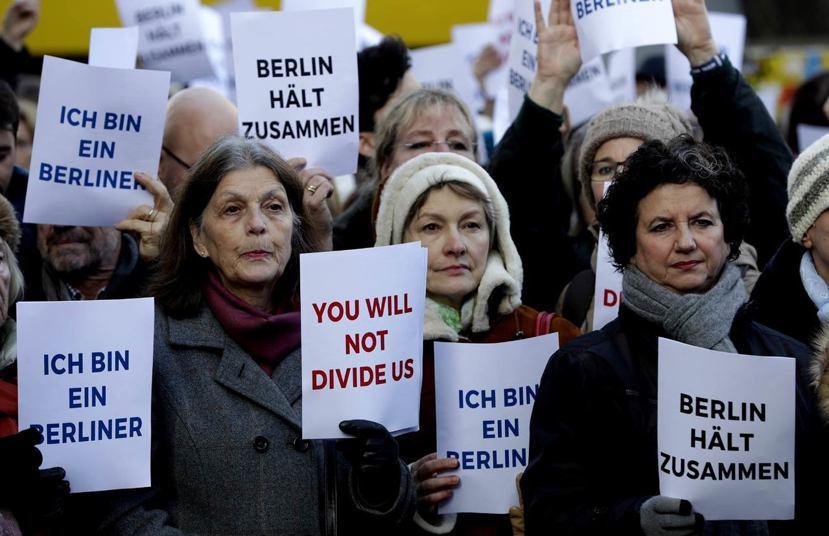 耶誕市集仍照常營業,店家與客人紛紛表示日子還是要過,亦有不少民眾舉出「我是柏林人...