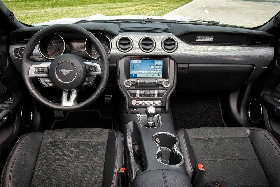 圖為2016 年式 Ford Mustang 內裝照。 摘自 Ford