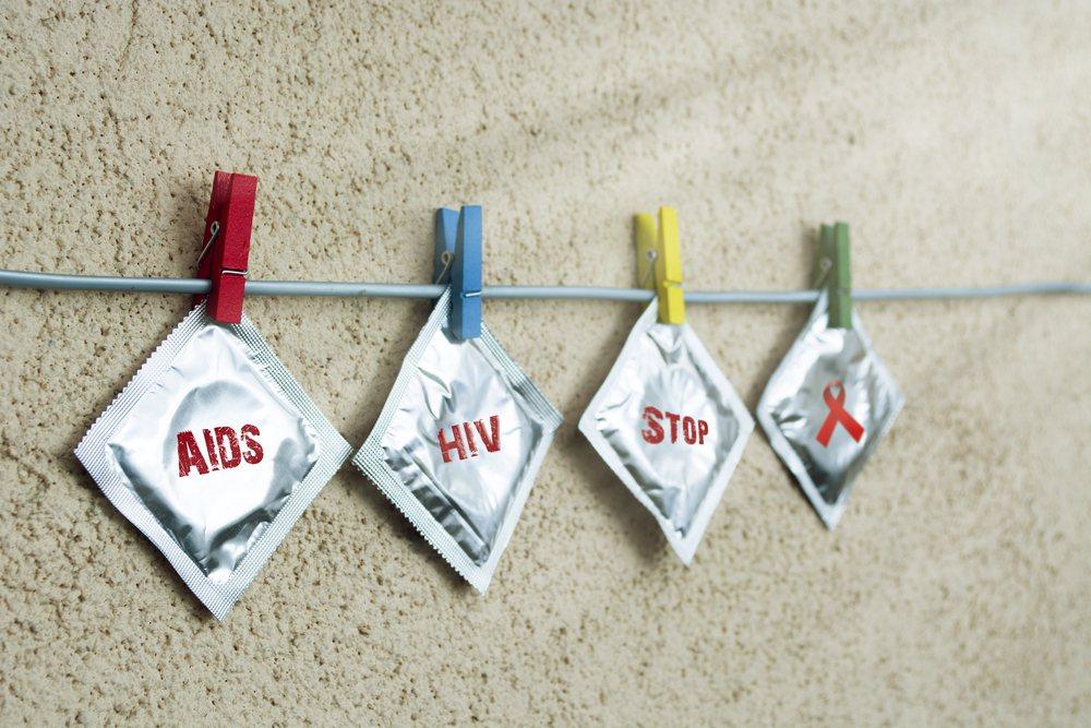 愛滋在現在得社會已經不在被視為絕症,但在過去卻曾經有一段「不建議治療」的過往。 圖/shutterstock