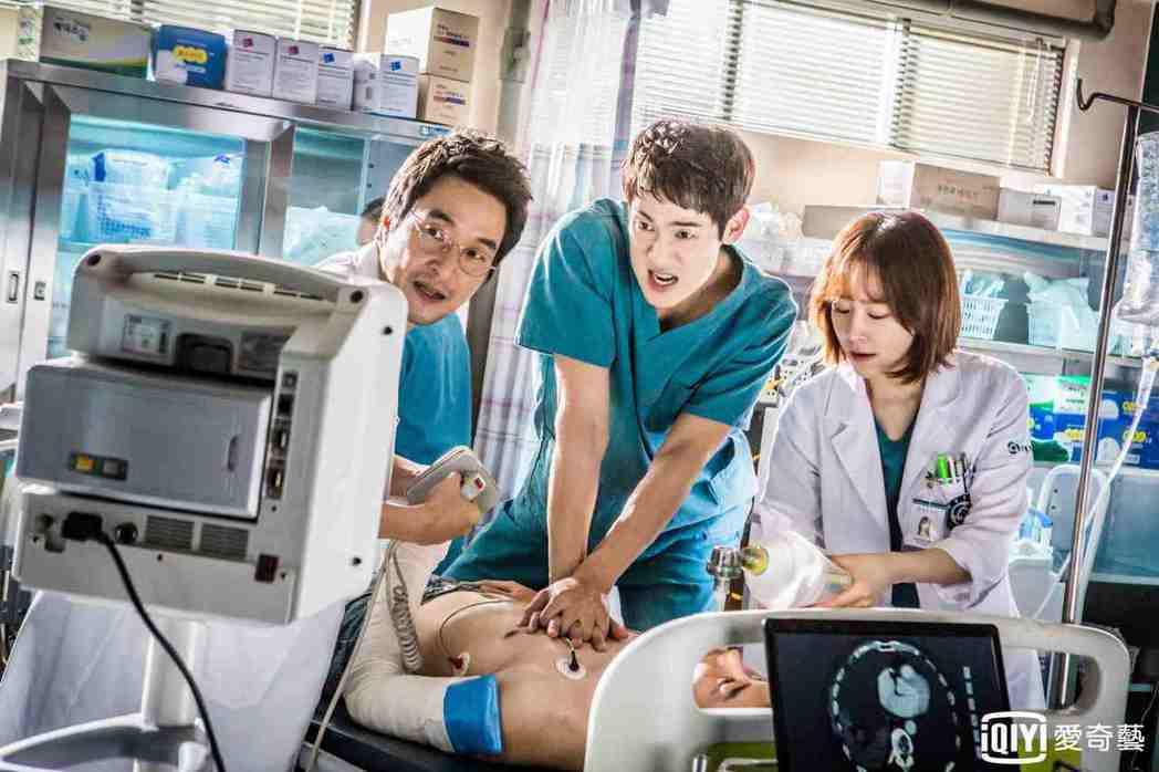 「浪漫醫生金師傅」有許多寫實醫療場景。圖/愛奇藝台灣站提供