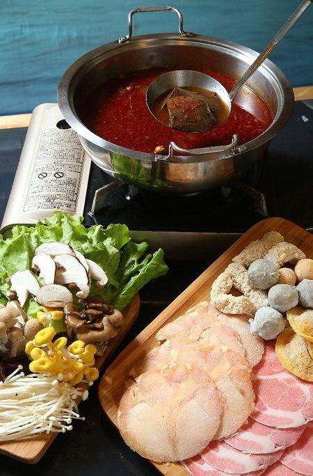 林柏好食麻辣鍋底及鴨血很受歡迎。記者王騰毅攝影