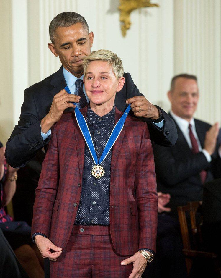 歐巴馬總統特別頒發總統自由勳章給艾倫,表彰她對人權的貢獻。圖/達志影像提供