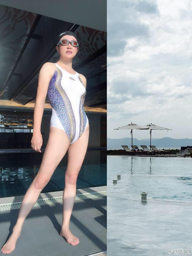 61歲的劉曉慶po泳裝照宛如少女。圖/摘自微博