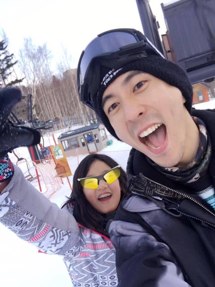 修杰楷(右)與梧桐妹體驗滑雪開心自拍。圖/摘自臉書