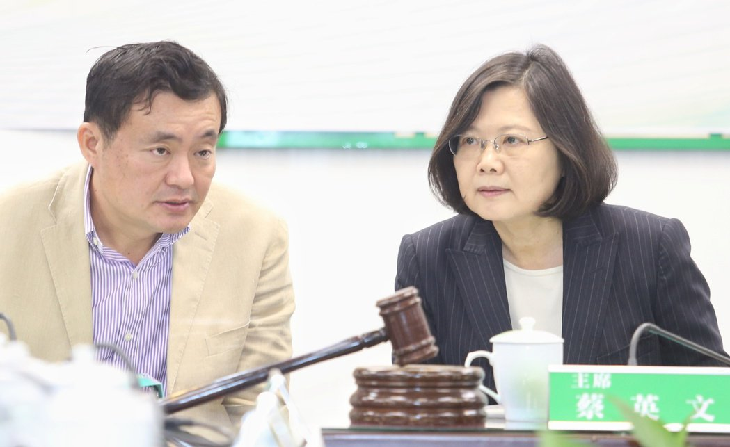 民進黨秘書長洪耀福(左)、主席蔡英文(右)。聯合報系資料照片/記者陳正興攝影